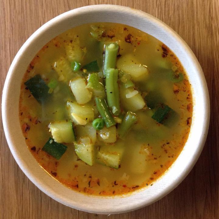 zupa zzielonych warzyw zostrą przyprawą bałkańską - czubricą